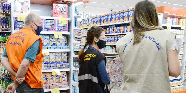 Fiscais durante vistoria em comércio em Campinas, Foto: Divulgação \ PMC