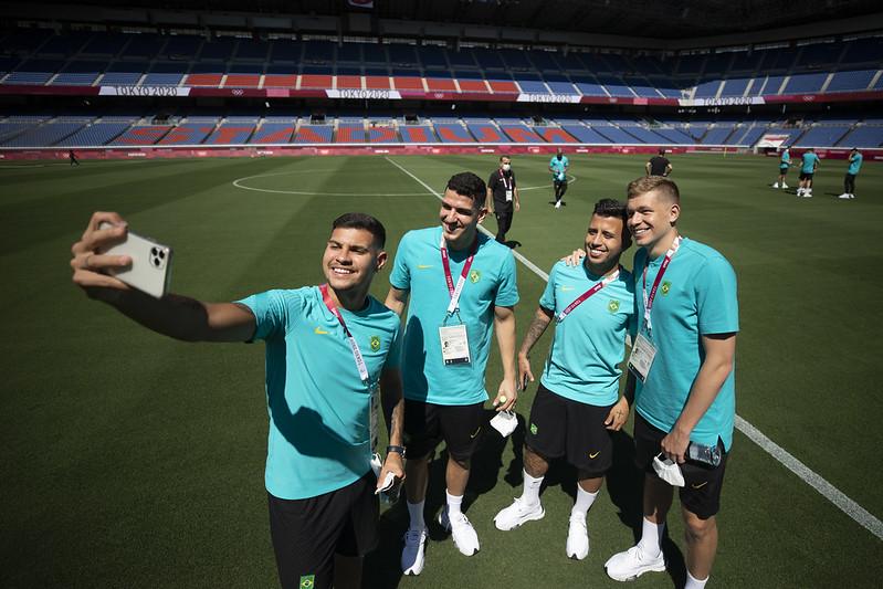 Brasileiros fazem o reconhecimento do estádio de Yokohama: em busca de boas vibrações. Foto: Lucas Figueiredo/CBF
