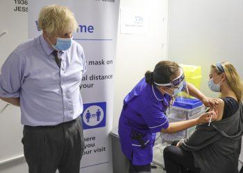 Boris Johnson acompanha vacinação: países que liberaram casas noturnas, como Holanda e Israel, tiveram que recuar Foto: Andrew Parsons