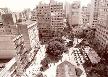 Vista do Largo da Catedral em 1980, com as lojas da Rua 13 de Maio e o prédio que abrigou o Hotel Términus, hoje Magalu Foto: Nerivelton Araújo/Arquivo