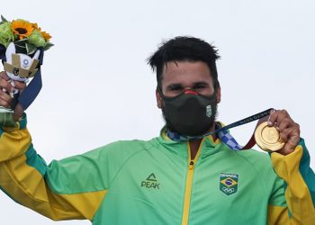 Ítalo Ferreira no alto do pódio. Foto: COB