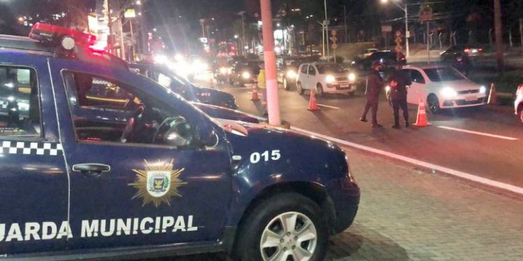 Mais de duas mil pessoas foram dispersadas na Operação Aglomeração Zero realizada na madrugada deste domingo - Foto Divulgação/PMC