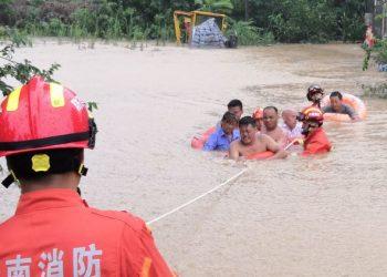 Equipes de resgate retiram moradores das águas das enchentes na província chinesa de Henan - Foto: China Fire and Rescue