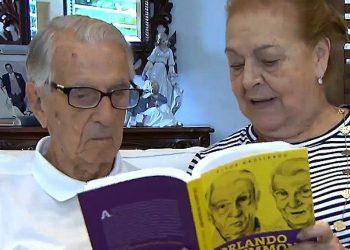 O ator Orlando Drummond, que faleceu nesta terça, observa sua biografia: cerimônia ecumênica - Foto: TV Brasil/Divulgação