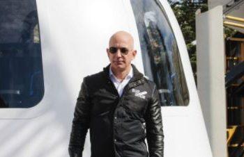 Jeff Bezos e a estação de sua empresa voltada à exploração do espaço: corrida entre bilionários Foto: Divulgação