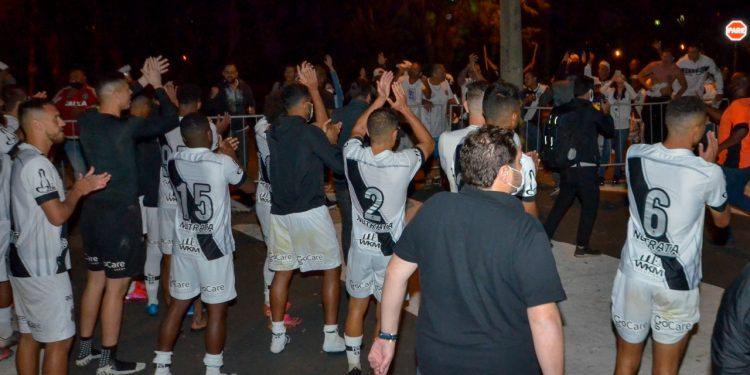 Jogadores comemoram com a torcida a vitória conquistada na última partida - Foto Ponte Press Álvaro Jr.