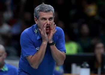 O técnico José Roberto Guimarães sofreu ao lado da quadra: partida difícil no Japão Foto: COB/Divulgação