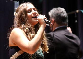 A solista Livia Bernarde participou da homenagem - Foto: Fernanda Sunega/PMC
