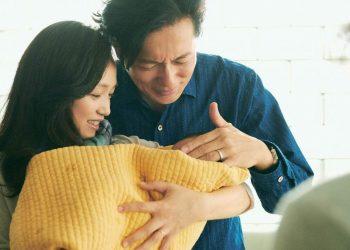 Satoko (Hiromi Nagasaku) e o marido curtem o filho adotado Fotos: Divulgação