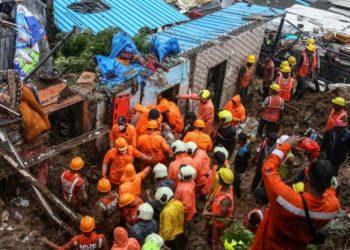 Socorristas num dos pontos do deslizamento: chuvas provocaram a tragédia Foto: Reprodução