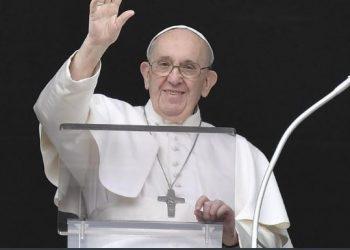 Papa Francisco acena durante a oração do Angelus deste domingo - Foto Vatican News