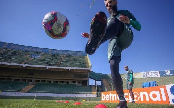 O meio-campista Tony e o zagueiro Carlão realizando transição física no gramado do Brinco de Ouro da Princesa Foto: Thomaz Marostegan/Guarani FC