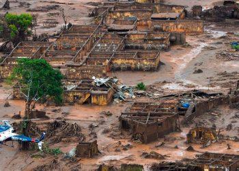Rompimento de uma barragem em Mariana (MG), em 2015, que causou o maior desastre ambiental da história do Brasil - Foto: Antonio Cruz/Agência Brasil