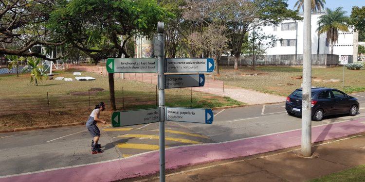 Jovem anda de patins nas ruas vazias do campus da Unicamp: aulas remotas teóricas vão permanecer em funcionamento até uma nova avaliação na universidade Foto: Leandro Ferreira/Hora Campinas