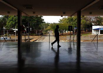 Unicamper caminha pelo saguão do Ciclo Básico: retomada das atividades presenciais exigirá complexa operação Foto: Leandro Ferreira/Hora Campinas