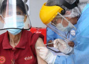 Idoso é vacina contra Covid no Peru: mortes pela doença crescem em todo mundo - Foto: Unicef/Jose Vilca