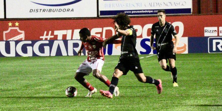 Lance da partida com o Vila Nova: Macaca está na 18ª colocação. Foto: Douglas Monteiro/Vila Nova FC