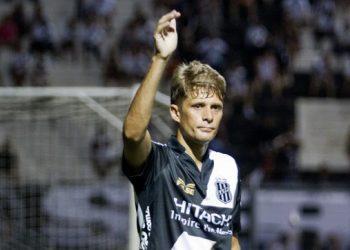Adrianinho atuando pela Ponte Preta: jogador tem trajetória ligada ao clube - Fotos: Ponte Press