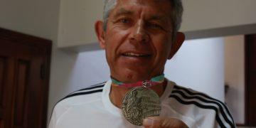 Chicão mostra a medalha olímpica conquistada nos Jogos de Los Angeles, em 1984. Foto: Leandro Ferreira/Hora Campinas