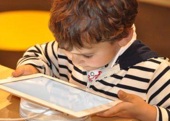 Quando cuidados são observados e respeitados, a tecnologia se torna uma aliada poderosa no processo de aprendizagem na infância - Foto: Pixabay
