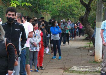 Pessoas na fila da vacina em Campias: gastos com a pandemia no estado superam os R$ 5 bilhões: Foto: Leandro Ferreira/Hora Campinas