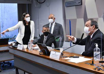 Momento em que a advogada de Roberto Dias questiona o senador Omar Aziz sobre o anúncio da prisão de seu cliente: rusgas e tensão com as Forças Armadas Foto: Waldemir Barreto/Agência Senado