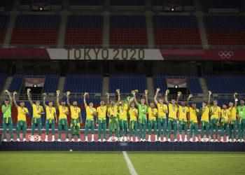 Brasileiros no pódio com a medalha de ouro olímpica. Foto: Lucas Figueiredo/CBF
