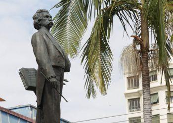 Estátua em bronze de corpo inteiro do maestro em seu monumento-túmulo no Centro de Campinas: personagem icônico Foto: Leandro Ferreira/Hora Campinas