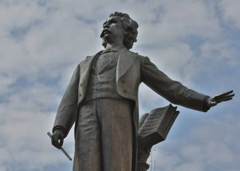 Estátua em bronze do maestro em seu monumento-túmulo no Centro de Campinas: homenagens - Foto: Leandro Ferreira/Hora Campinas