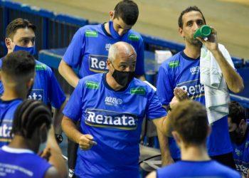 O técnico Marcos Pacheco orienta a equipe - Fotos: Pedro Teixeira/Vôlei Renata