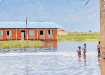 Escola na província de Bujumbura, Burundi, completamente inundada pelas cheias - Foto: IOM 2021/Triffin Ntore
