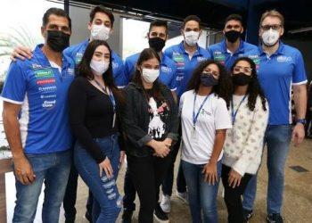 Dirigentes e jogadores do vôlei de Campinas, que tem patrocínio da Sanasa, são tietados por funcionárias da empresa durante visita Foto: Divulgação