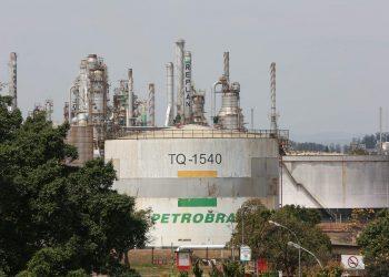 Uma pane operacional na Replan provocou a intensa liberação de hidrocarbonetos por chaminés da refinaria. Fotos: Leandro Ferreira/Hora Campinas