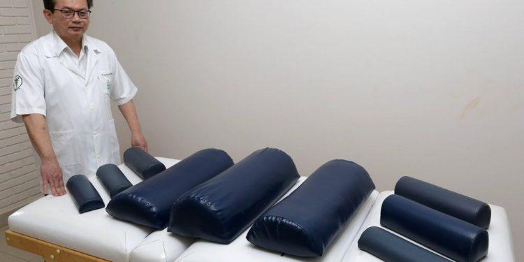 O fisioterapeuta Humberto Takahashi: criação de técnica pioneira no Brasil que promete aliviar crises de dores com eficiência - Fotos: Leandro Ferreira/Hora Campinas
