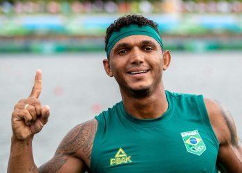 O baiano Isaquias saboreia o ouro olímpico. Foto: Miriam Jeske/COB