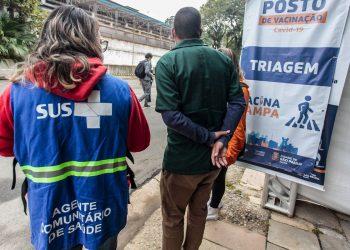 Posto de vacinação na capital paulista: município já tem 96,5% da população adulta imunizada com a primeira dose Foto: Marcelo Pereira/Secom