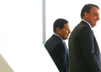 O presidente Jair Bolsonaro e o vice-presidente Hamilton Mourão, no Planalto, durante anúncio de avanços no programa federal de habitação Foto: Marcelo Camargo/Agência Brasil