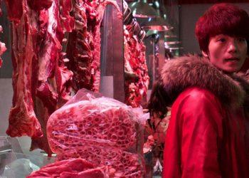 Barraca de carne em um mercado em Pequim, China - Foto: FAO/Justin Jin