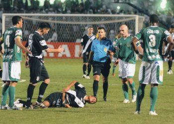 O árbitro Antônio Rogério Batista do Prado trabalhou no Dérbi 186, disputado em julho de 2011, no Moisés Lucarelli. Fotos: Reprodução/Redes Sociais