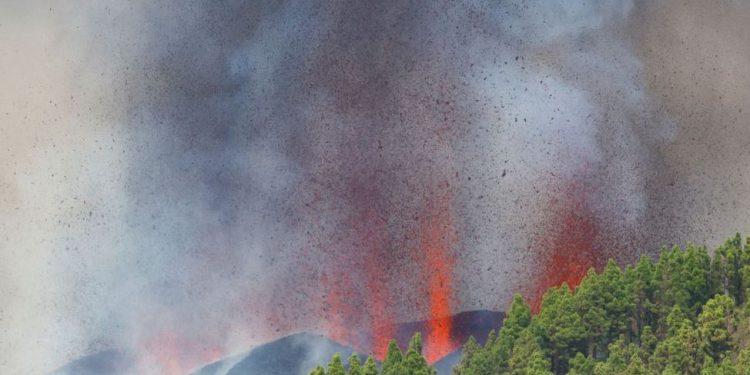 A lava do vulcão Cumbre Vieja chegou ao mar: 12º dia de atividade - Foto: Borja Suarez via Agência Brasil