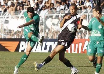Caíque, no momento do chute que garantiu o gol da última vitória do Guarani no Moisés Lucarelli, em 20 de junho de 2009. Foto: Rogério Capela