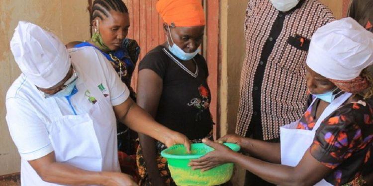 Grupo de mulheres na Tanzânia recebe treinamento da FAO sobre evitar desperdício alimentar - Foto: FAO Tanzânia