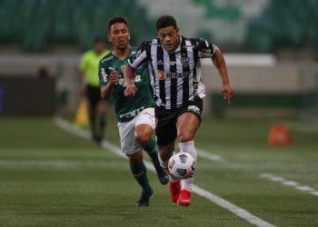 Marcos Rocha e Hulk disputam lance no Allianz: atacante do Galo despediçou pênalti no final do primeiro tempo Foto: Pedro Souza/Atlético/Divulgação