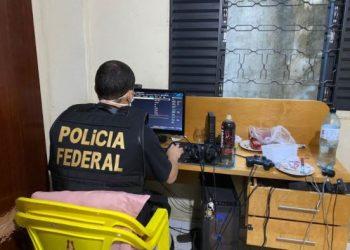 Policial federal rastreia computador de suspeito durante operação: locais onde os mandados foram cumpridos não foram divulgados Foto: Divulgação