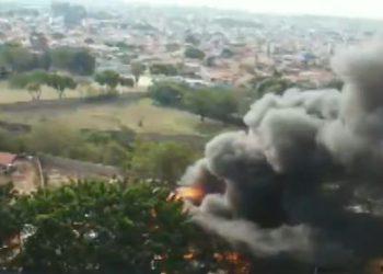 Incêndio em Hortolândia: além dos materiais recicláveis, tinha veículos estacionados no local - Foto: Reprodução