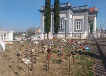 A mostra reúne obras de artistas do Brasil e do exterior, com representação de flores em cerâmica - Foto: Divulgação
