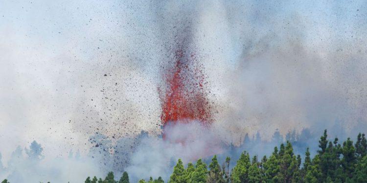 Várias imagens mostram uma coluna de fumaça sobre uma colina, e as redes sociais encheram-se de vídeos, com um deles a captar lava Foto: Borja Suarez