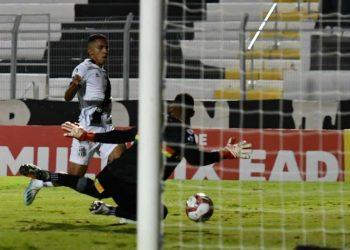 Fessin chuta na saída do goleiro para marcar o primeiro gol da Ponte Preta na partida. Fotos: Ponte Press/Álvaro Jr.