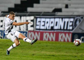 Léo Naldi deixou a partida contra o Sampaio Corrêa com problema no tornozelo direito. Foto: Ponte Press/Álvaro Jr.