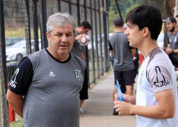 O campineiro Matheus Anjos conversa com o técnico Gilson Kleina. Foto: Diego Almeida/Ponte Press
